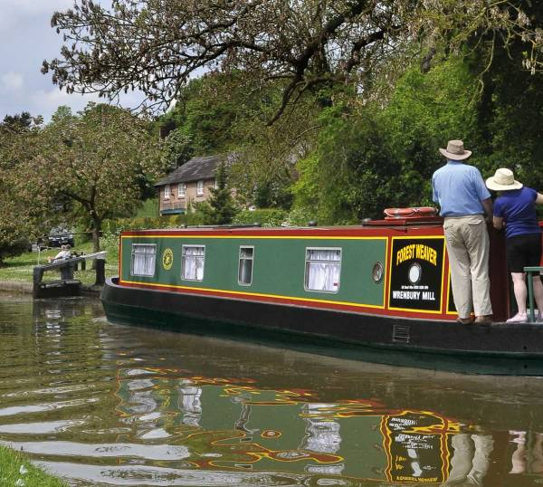 couple learning how to drive a canal boat